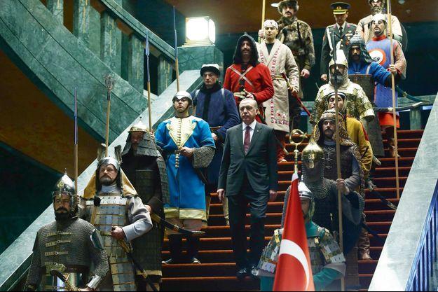 Erdogan entouré de soldats en costumes ottomans pour accueillir le Palestinien Mahmoud Abbas, en janvier 2015.