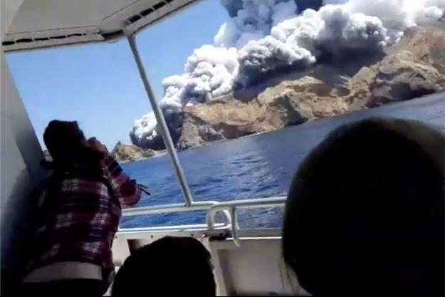 Une éruption volcanique sur une île touristique a fait au moins 13 morts