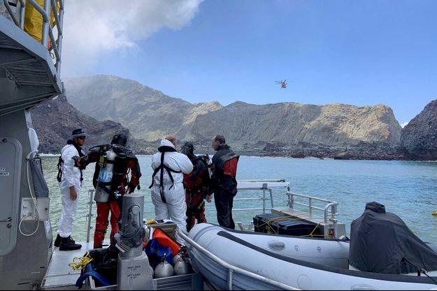 Une équipe de plongeurs face à White Island, le 13 décembre.