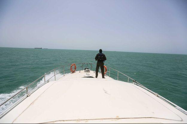 Au loin, une embarcation de migrants.