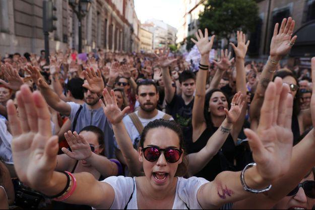 Des manifestants dans les rues de Madrid après la première condamnation controversée des cinq hommes, en 2018.