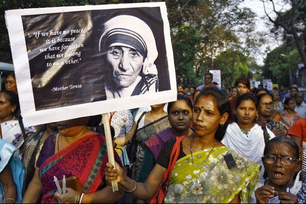 Des manifestantes brandissant une photo de Mère Teresa à Calcutta.