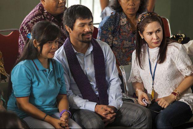 Pacquiao, son épouse et Mary Jane (en bleu) dans la prison de l'île de Java.