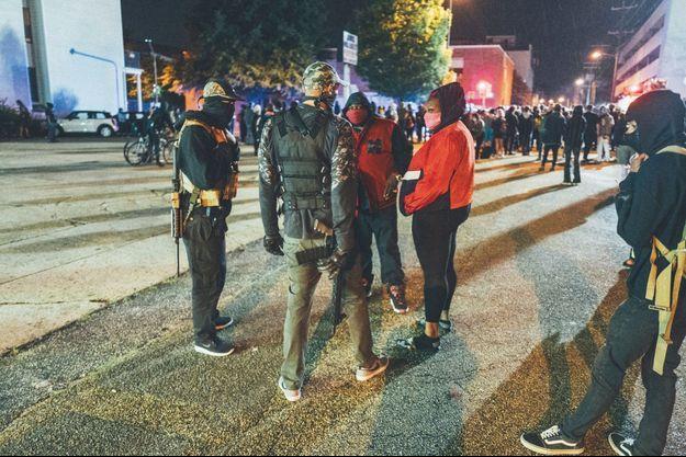 Fusil d'assaut semi-automatiques en bandoulière, des sympathisants du mouvement Black Lives Matter prêts à en découdre avec les suprémacistes.