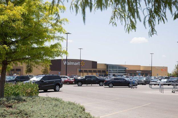 Le parking sur lequel la remorque où étaient enfermés les migrants a été retrouvée dimanche au Texas.