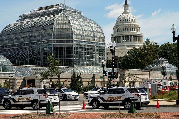 D'importantes forces de police sont stationnées devant le Capitole.