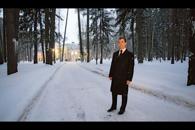 Dmitri Medvedev pose pour notre photographe dans les allées enneigées de la résidence présidentielle de Gorki, à une vingtaine de kilomètres de Moscou, où il habite avec sa famille.