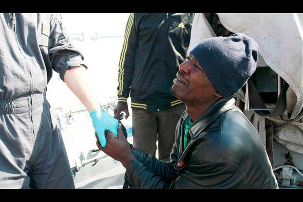 « Ne nous abandonnez pas ! » Il s'est mis à genoux pour supplier l'officier italien du « Bovienzo », la vedette de la Guardia di Finanza, et ajoute : « Ils vont encore nous frapper, je ne veux pas retourner en Libye. »