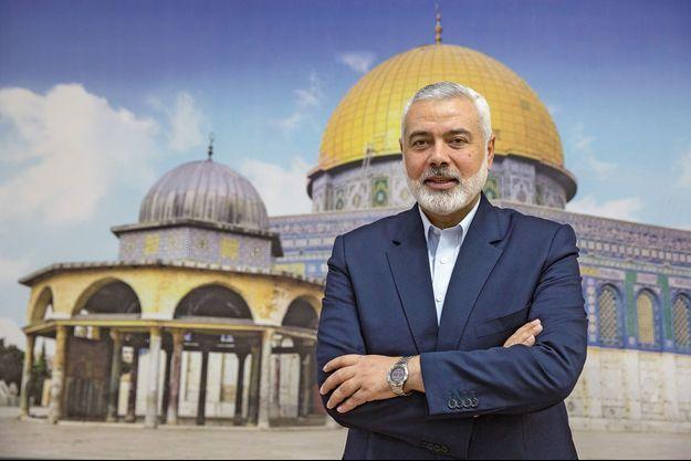 A Gaza, dimanche 15 avril. Ismaël Haniyeh, ex-Premier ministre de l'Autorité palestienne, devant une photographie de la mosquée al-Aqsa de Jérusalem.