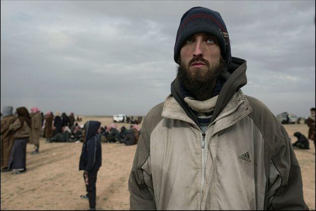 Quentin Le Brun et d'autres « réfugiés » de l'Etat islamique, à 15 kilomètres de Baghouz, le 22 janvier.