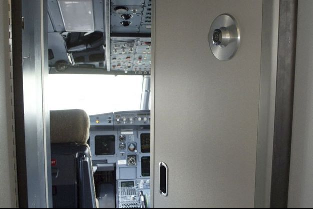 This Airbus cockpit is similar to the one in the Germanwings aircraft. Since September 11 attacks, the armouring of doors has been strengthened and the three-point locking are now mandatory. (Illustration)