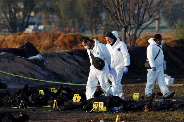 Les enquêteurs sur le lieu de l'explosion.
