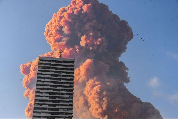 L'impressionnant panache de fumée avant la deuxième explosion mardi à Beyrouth.