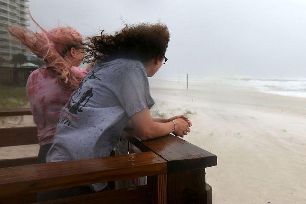 Jordan Spence et Dawson Stallworth regardent les vagues à Orange Beach, Alabama, alors que l'ouragan Sally s'apprête à déferler sur les Etats-Unis.