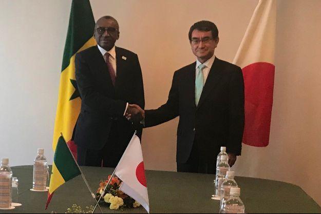 Le ministre des Affaires étrangères du Sénégal Sidiki Kaba et celui du Japon Taro Kono lors d'une réunion bilatérale le 6 octobre à Tokyo.