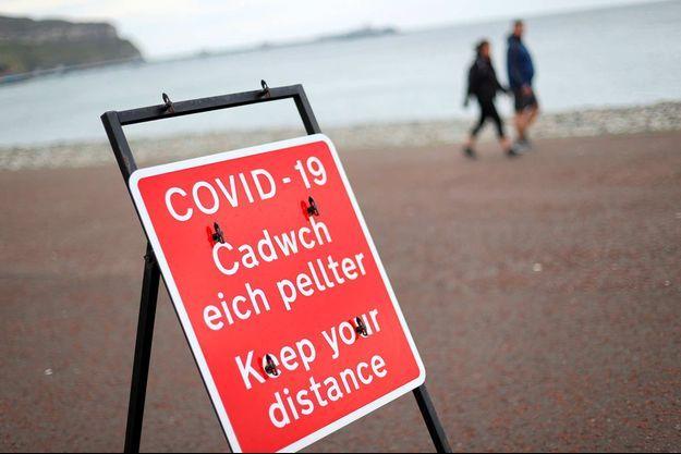 Un panneau d'information est vu à côté de la route, alors que le gouvernement gallois vient d'imposer un nouveau confinement.