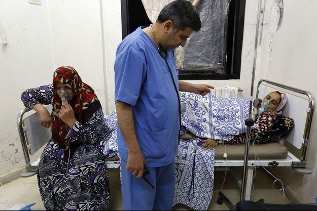 Des civils soignés pour ce que l'opposition présente comme des attaques au chlore perpétrées par le régime à Kfar Zeita.