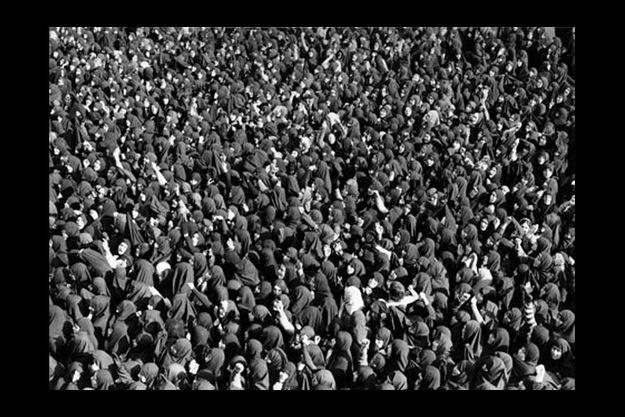Le 4 février 1979, les femmes descendent dans la rue pour manifester leur joie à l'annonce du retour de l'ayatollah Khomeyni. Elles portent toutes la plus stricte des burqas.