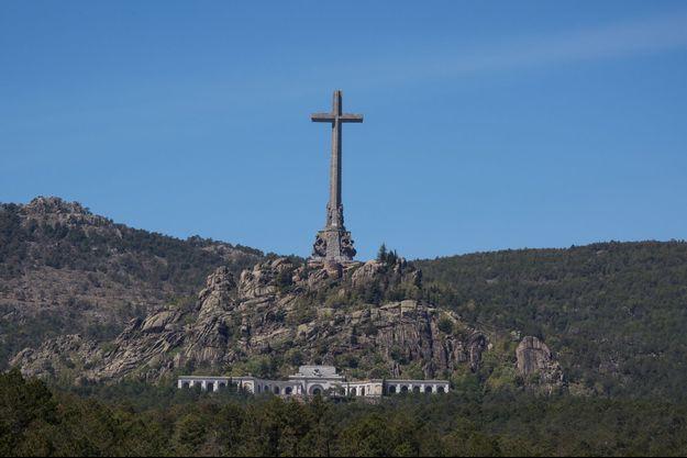 Surmontant la vallée de « ceux qui sont tombés », une croix de 150 mètres de haut. L'ensemble de l'édifice aura nécessité dix-huit ans de travaux et les forces de 20 000 prisonniers politiques.
