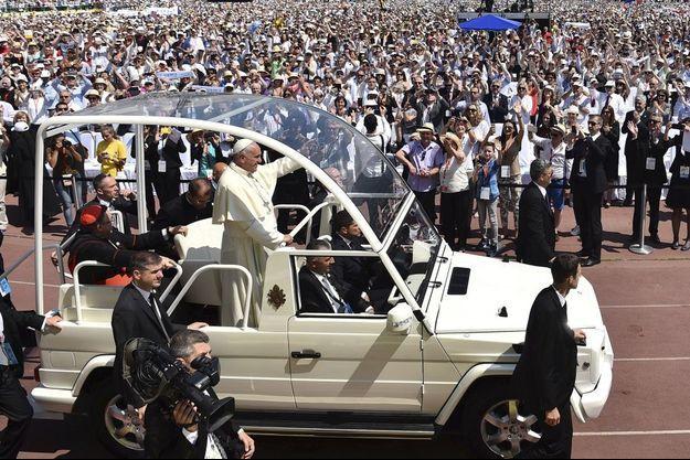Dans le stade olympique Kosero, 65 000 catholiques accueillent le Pape, pour la grand-messe.