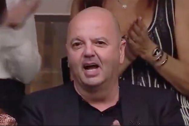 """Eddie Abittan, condamné en septembre 2108 par contumace en France, soutient sa femme dans l'émission """"Master Chef"""" en Israël."""