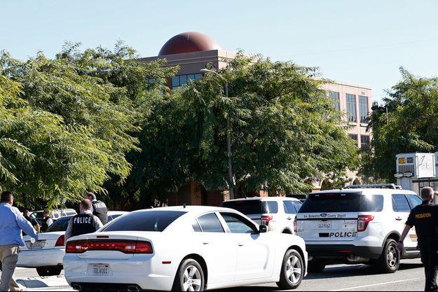 Les forces de police encadrent l'Inland Regional Center, où la fusillade a eu lieu.