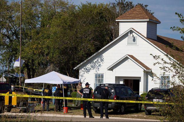 Les enquêteurs et la police devant l'église de Sutherland Springs.