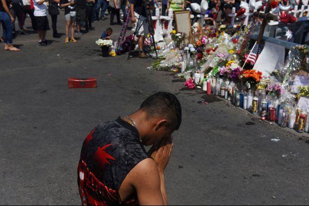 Un homme se recueille devant un mémorial en hommage aux victimes d'El Paso.