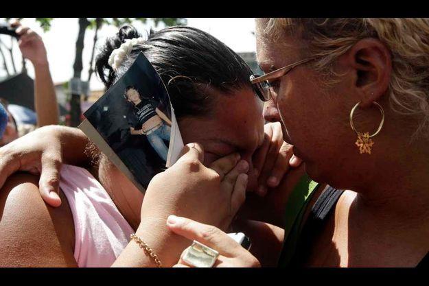 Une mère, comme beaucoup d'autres, en pleurs devant l'école.