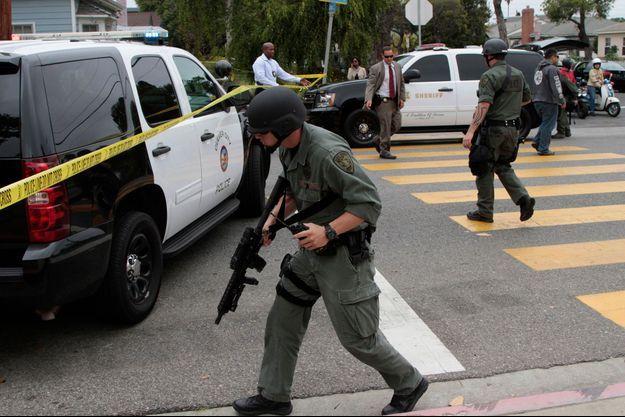 Un officier du Swat près du lieu de la tuerie.