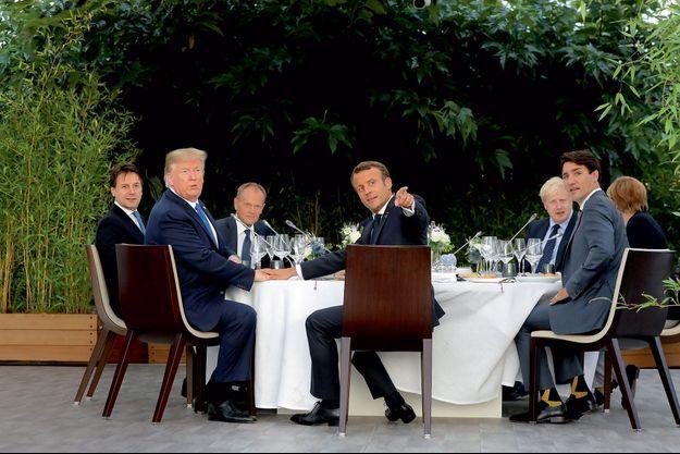 20h30, le 24 août, dîner officiel sur l'esplanade du phare de Biarritz. De g. à dr. : le président du Conseil italien Giuseppe Conte, Donald Trump, le président du Conseil européen Donald Tusk, Emmanuel Macron, le Premier ministre britannique Boris Johnson, le Premier ministre canadien Justin Trudeau et la chancelière allemande Angela Merkel. Caché par le président français, le Premier ministre japonais Shinzo Abe.