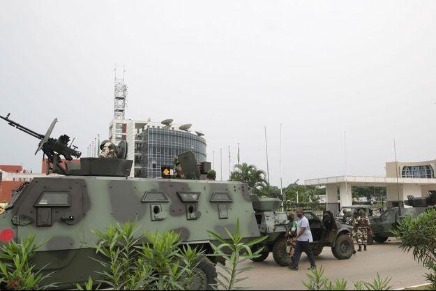 L'armée gabonaise a repris le contrôle de la situation autour du siège de la télévision nationale.