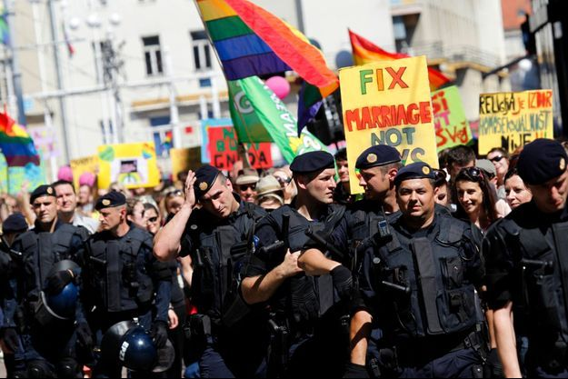 Lors de la gay pride de Zagreb en 2012, la police entourait les marcheurs.