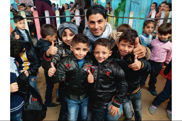 Waleed, avec les petits écoliers de son jardin d'enfants francophone.