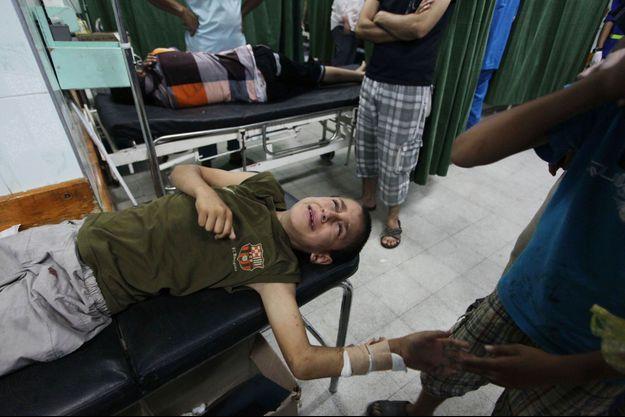 Un jeune garçon blessé est soigné à l'hôpital Kamal Edwin hospital de Beit Lahia, dans la bande de Gaza.