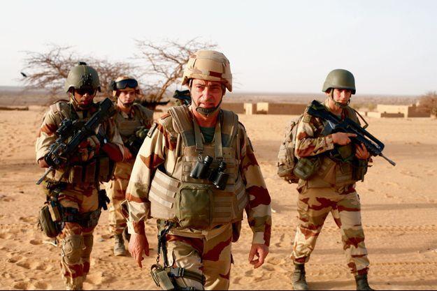 En plein désert, par une température suffocante, au centre, le général Bernard Barrera.