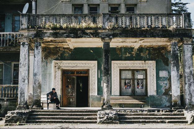 Le sanatorium Megobroba, construit entre 1937 et 1940, et occupé par des familles venues d'Abkhazie depuis 1992.
