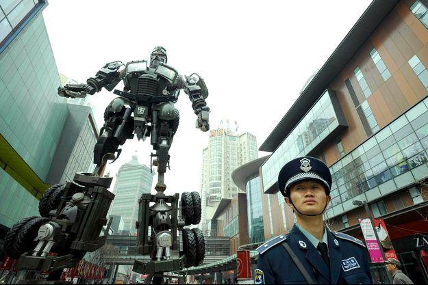 Un robot de 9 mètres a défilé en 2011 dans les rues de Shenyang (province de Liaoning) pour honorer le général Guan Yu.