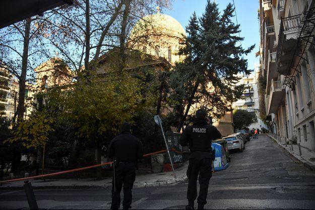 La bombe a explosé devant une église du quartier chic de Kolonaki, à Athènes.