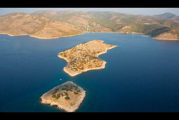 Dizaines d'îles L'îlot de Kanakia et son rocher satellite, avec, à l'arrière-plan, le village de Karakiani sur l'île de Salamine. La célèbre bataille a eu lieu dans le détroit qui sépare cette île du continent.