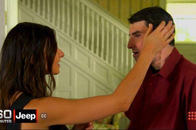 """Devant les caméras de la l'émission""""60 minutes"""", Rebekah touche pour la première fois le visage de son frère qui est désormais celui de Richard Norris."""