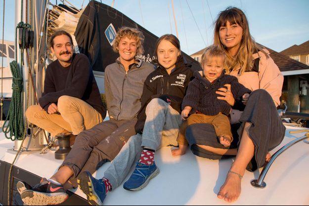 Greta Thunberg pose sur le catamaran La Vagabonde, en compagnie de ceux qui lui proposent de traverser l'océan Atlantique pour rejoindre l'Europe.