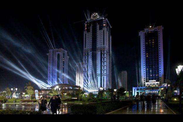 Le 5 octobre 2011, un spectacle au laser pour l'anniversaire du leader tchétchène. Derrière la mosquée Akhmad-Kadyrov, du nom du père de Ramzan, les bâtiments du centre d'affaires.