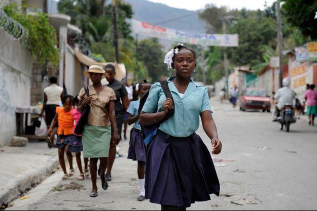 Luknise, 15 ans, sur le chemin de l'école Carius-Lhérisson, réhabilitée par la Fondation de France, Lagardère Entertainment, la fondation Air France, le groupe Generali et Paris Match.
