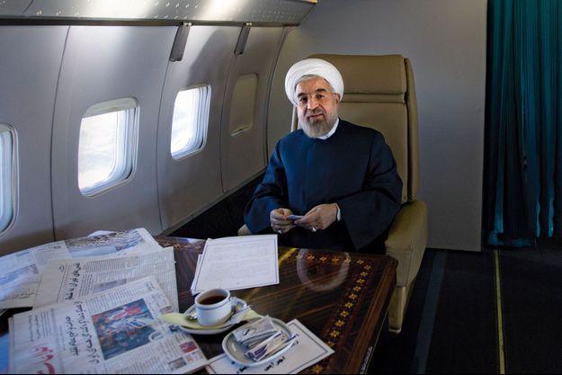 30 novembre. Dans l'avion qui le conduit dans la province de Buchehr, secouée par un séisme. A la une des joaurnaux sur sa table en marqueterie, l'accord nucléaire, approuvé par les ayatollahs.
