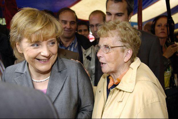 Angela Merkel et sa mère Herlind Kasner, à Templin, en Allemagne, en septembre 2005.