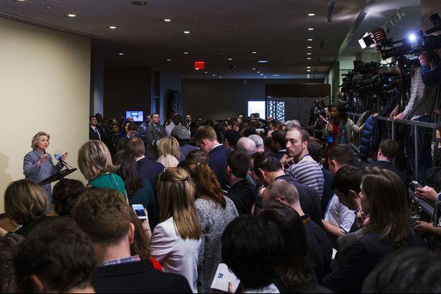 Hillary Clinton s'expliquant face aux journalistes au siège des Nations unies à New York.