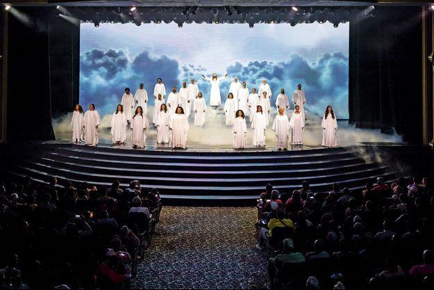 Holy Land : Cinquante artistes en costume participent aux spectacles.
