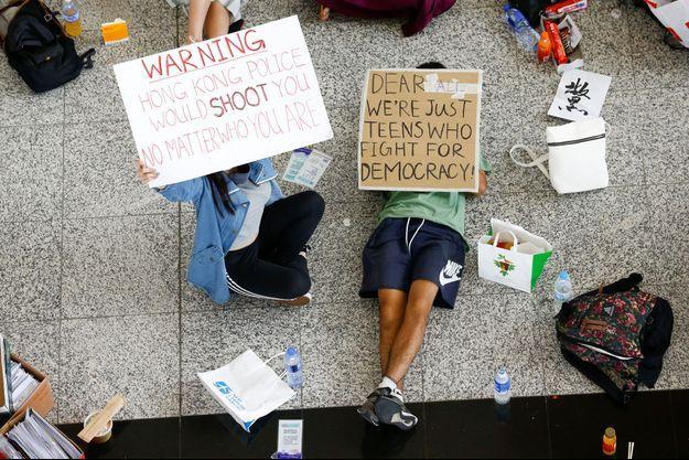 Des manifestants à l'aéroport de Hong Kong.