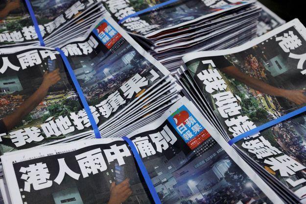 Des centaines de personnes se sont rassemblées mercredi soir devant le siège du quotidien pour lui exprimer leur soutien. C'est d'ailleurs une photo de cette petite foule qui a été choisie pour la une du dernier numéro d'Apple Daily.
